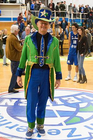 """Spiekert Martin Hooymans over zijn outfit: """"Sommigen vinden mijn vorige blauwe jasje mooier, anderen zeggen: Martin, dit past precies bij jou! Ik ben er heel blij mee."""""""