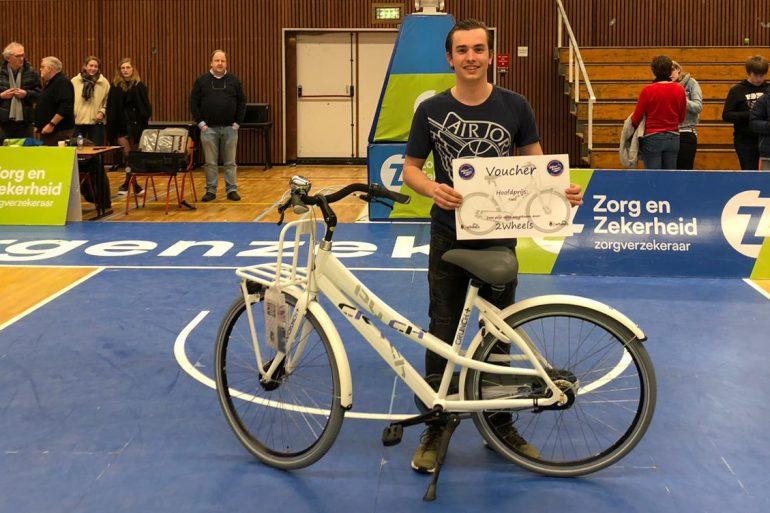 Kevin Meskers won de hoofdprijs in de loterij van de Blauwe Brigade, een fiets van 2wheels uit Rijnsburg.