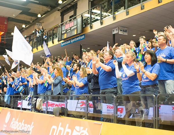 Het Leidse legioen neemt het Landstede Sportcentrum over! (Foto: Marja van Tilburg)